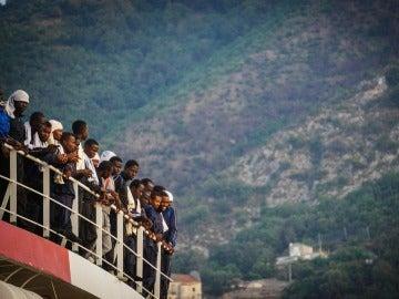 """Cientos de inmigrantes llegan a puerto a bordo de la embarcación """"Vos Prudence"""" de Médicos Sin Fronteras en puerto de Salerno"""