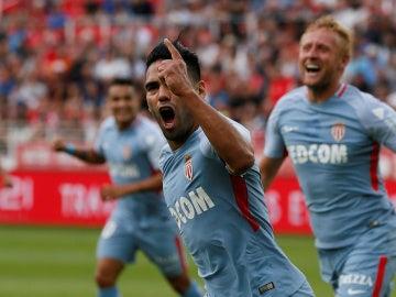Radamel Falcao celebra un de los tres goles anotados ante el Dijon