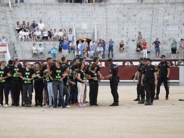 Manifestantes antitaurinos interrumpen la corrida taurina nocturna del sábado, que se celebraba en la plaza de toros de Las Ventas