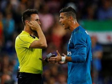 Cristiano Ronaldo protesta ante De Burgos Bengoetxea