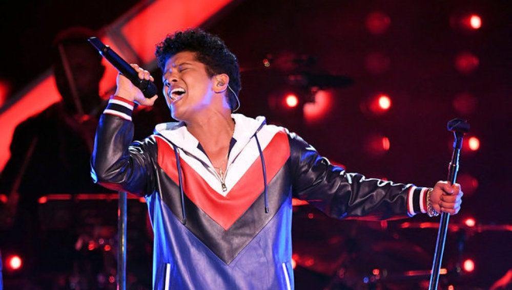 Bruno Mars durante uno de sus conciertos de su gira '24k Magic'