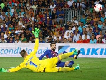 Piqué, en el momento de marcar un gol en propia puerta ante el Real Madrid