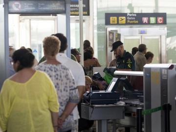 Efectivos de la Guardia Civil trabajan en los accesos a las puertas de embarque del aeropuerto de Barcelona-El Prat