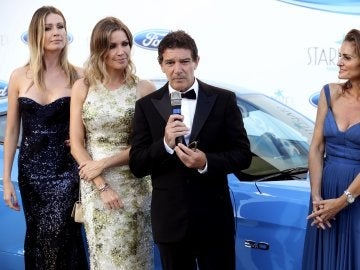 El actor Antonio Banderas junto a las hermanas Nicole y Barbara Kimpel