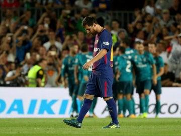 Leo Messi, cabizbajo tras el tercer gol del Real Madrid en la Supercopa