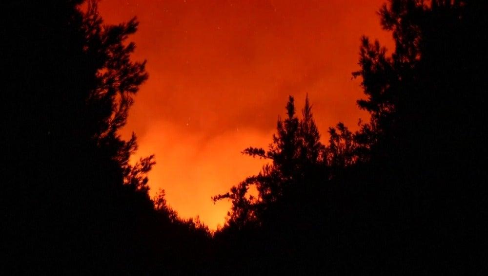 Sigue descontrolado el incendio en la región griega de Ática