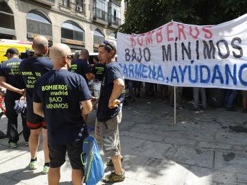 Los Bomberos de Madrid despliegan una pancarta antes de la misa solemne en honor a la Virgen de la Paloma