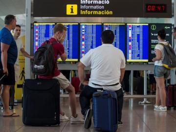 Viajeros esperando en el Aeropuerto de El Prat