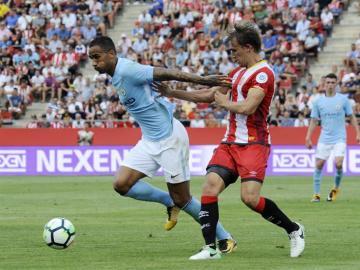 Danilo protege el balón en el partido del City ante el Girona