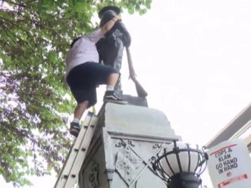 Manifestantes derrumban una estatua de la Confederación en Carolina del Norte