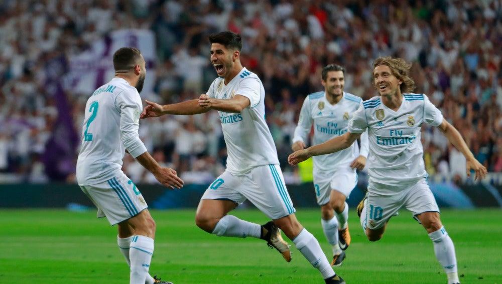 Asensio celebra su gol con los jugadores del Real Madrid