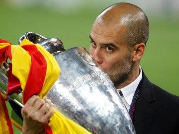 Guardiola besa el trofeo de la Champions