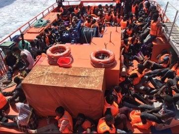Guardamar Polimnia con algunos de los rescatados por Salvamento Marítimo
