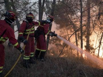 Bomberos españoles de la Unidad Militar de Emergencia combaten el incendio declarado en Vila de Rei, Portugal