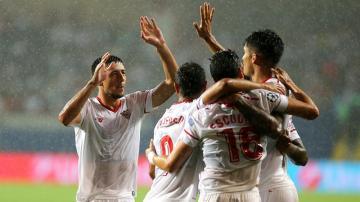 Sergio Escudero celebra con sus compañeros luego de anotar un gol contra Basaksehir Istanbul