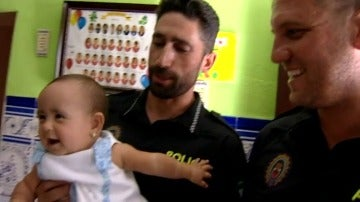 Dos policías han salvado la vida a un bebé en San Roque, Cádiz