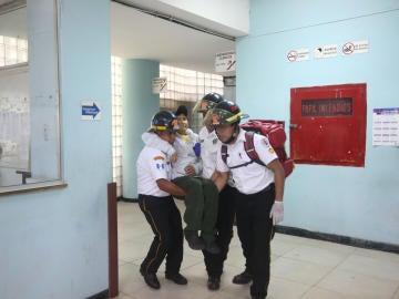 Bomberos evacúan a los heridos tras el ataque armado al Hospital Roosevelt en Guatemala