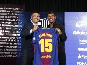 Bartomeu y Paulinho, con la camiseta del brasileño