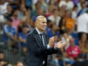 Zinedine Zidane da instrucciones desde la banda