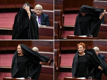 La senadora del partido One Nation, Pauline Hanson, lleva un buka en el Palamento en Canberra