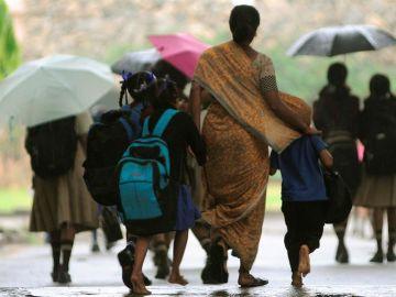 Un grupo de niñas camina en Bangalore (India)