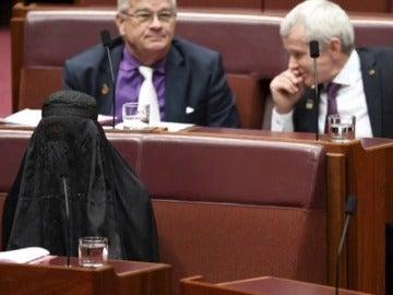 Una senadora ultraconservadora acude al Parlamento cubierta por un burka para protestar contra su uso