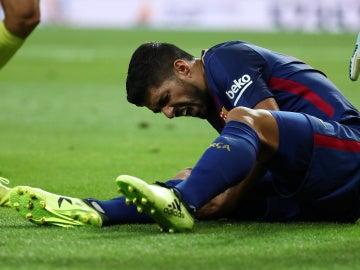 Luis Suárez se duele sobre el césped del Bernabéu