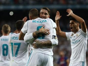 Sergio Ramos abraza a Benzema tras su gol contra el Barcelona en la Supercopa de España