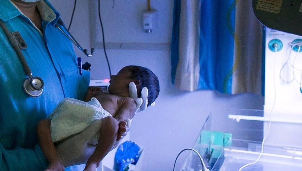 Un bebé recién nacido en India