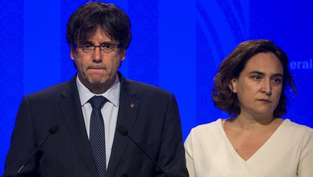 El presidente de la Generalitat Carles Puigdemont, y la alcaldesa de Barcelona, Ada Colau