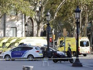 Ambulancias y efectivos de la policía acordonan la zona del atentado