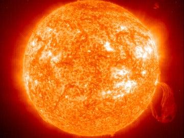 El Sol con una llamarada varias veces más grande que nuestro planeta