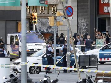 Despliegue policial en el lugar del atentado ocurrido hoy en las Ramblas de Barcelona