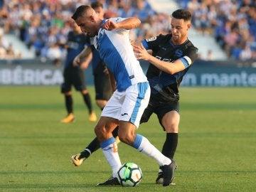 Gabriel Pires protege el balón ante la defensa de Burgui