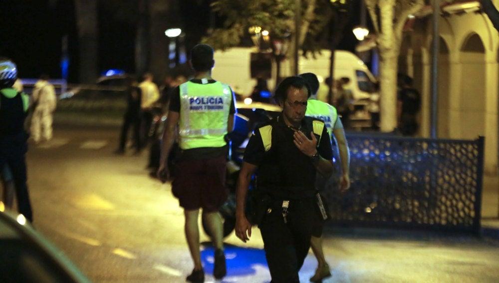 Miembros de las fuerzas seguridad en la zona del atentado en Cambrils