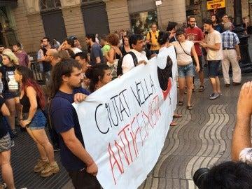 Varios antifacistas muestran un cártel en Las Ramblas rechazando los atentados