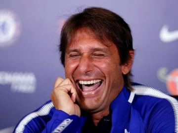 Antonio Conte 'sufre' un ataque de risa en plena rueda de prensa