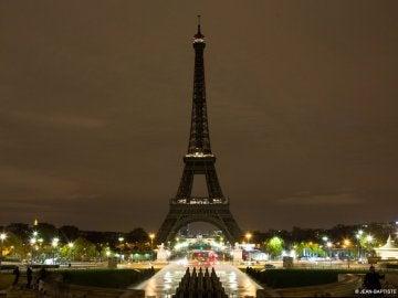 La Torre Eiffel apaga sus luces por las víctimas del atentado en Barcelona
