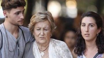 Los jóvenes junto a la madre de David Sarda