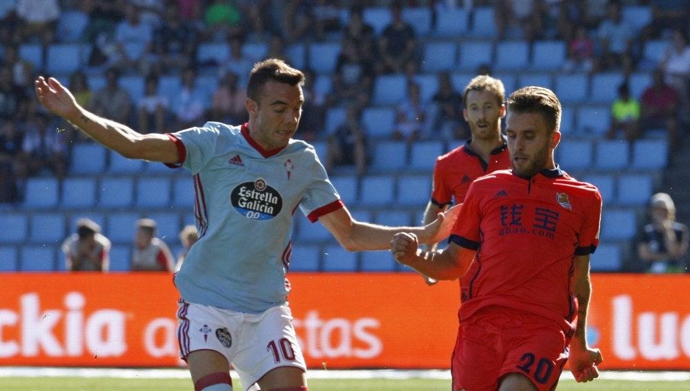 Iago Aspas aguanta el balón ante la presión de Kevin Rodrigues en el Celta - Real Sociedad