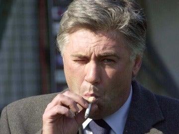 Ancelotti, fumando durante un partido con el Milan