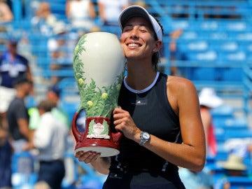 Garbiñe Muguruza, con el trofeo de campeona del Masters de Cincinnati