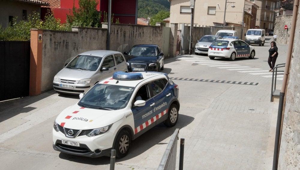 Coches de los Mossos d'Esquadra patrullando por el interior de la localidad de Ripoll