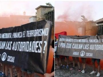 Pancartas xenófobas y humo de las bengalas que HS ha lanzado en la mezquita del Albaicín