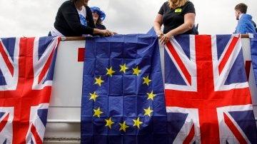 Varias personas con banderas de la Unión Europea y Reino Unido protestan contra el brexit