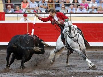 El rejoneador Pablo Hermoso de Mendoza pone una banderilla a su segundo toro en la primera corrida de abono de la Feria de Bilbao