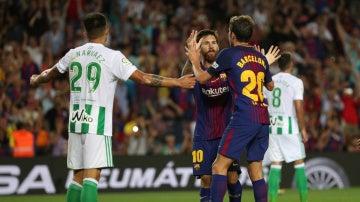 Messi celebra con Sergi Roberto su gol ante el Betis