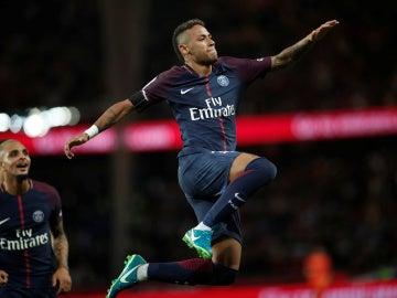 Neymar celebra uno de sus goles contra el Toulouse
