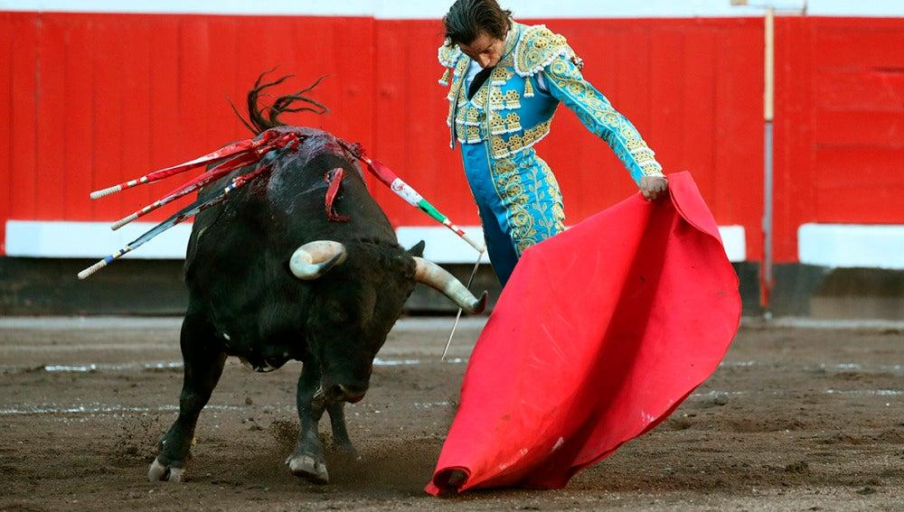 El matador Curro Díaz al natural ante su segundo toro en la tercera corrida de abono de la feria bilbaína