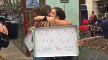 Una de las jóvenes dando un abrazo
